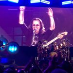 Geddy arms up